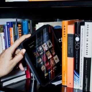 لمحبي القراءة.. تطبيقات تحوّل هاتفك الذكي إلى مكتبة