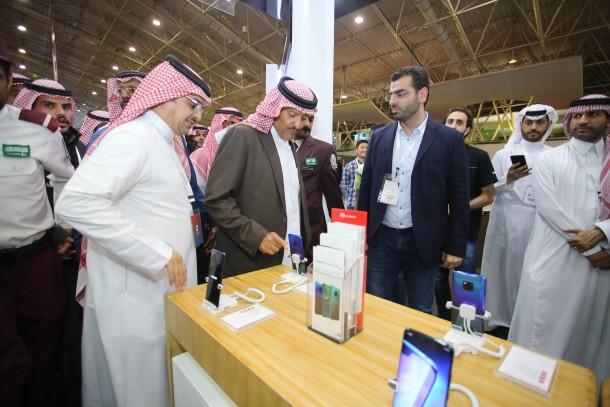 صاحب السمو الملكي الأمير سلطان بن سلمان أثناء زيارته لجناح شركة هواوي